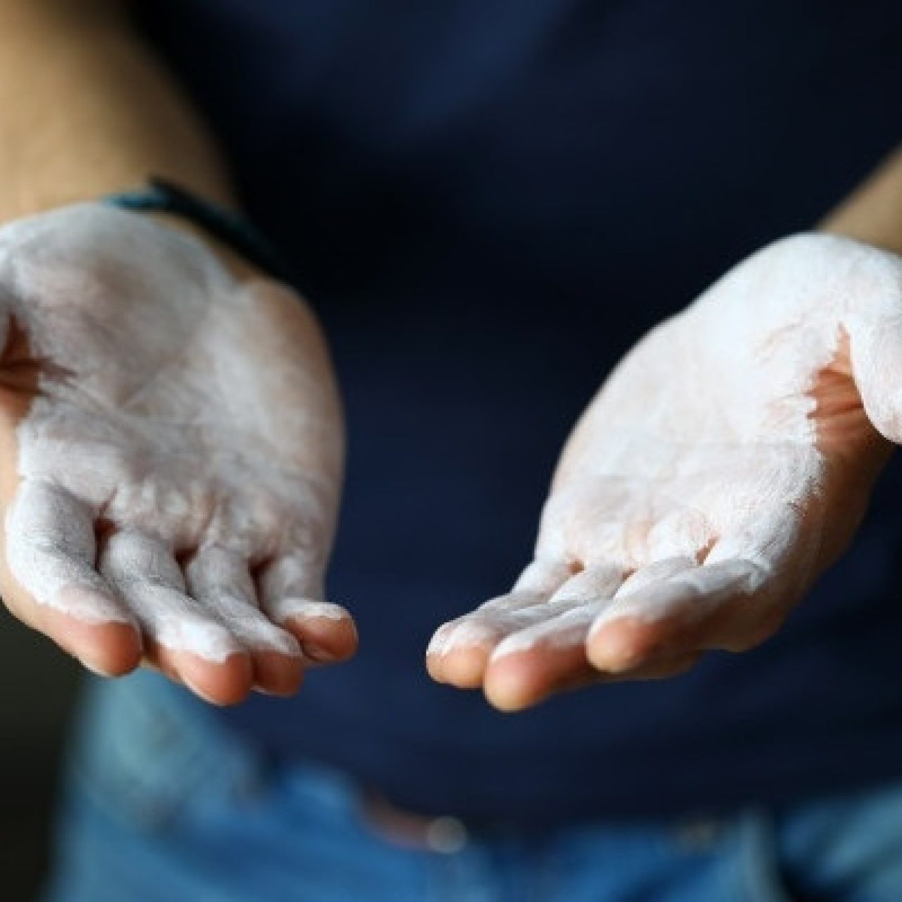 manos-masculinas-untadas-polvo-magnesio-listo-entrenar-primer-plano_151013-7479