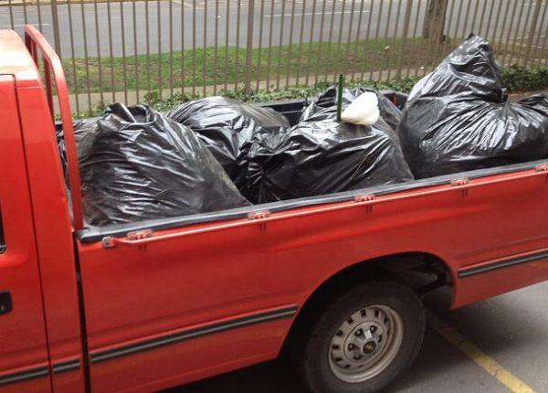 camioneta y basura despues de una limpieza