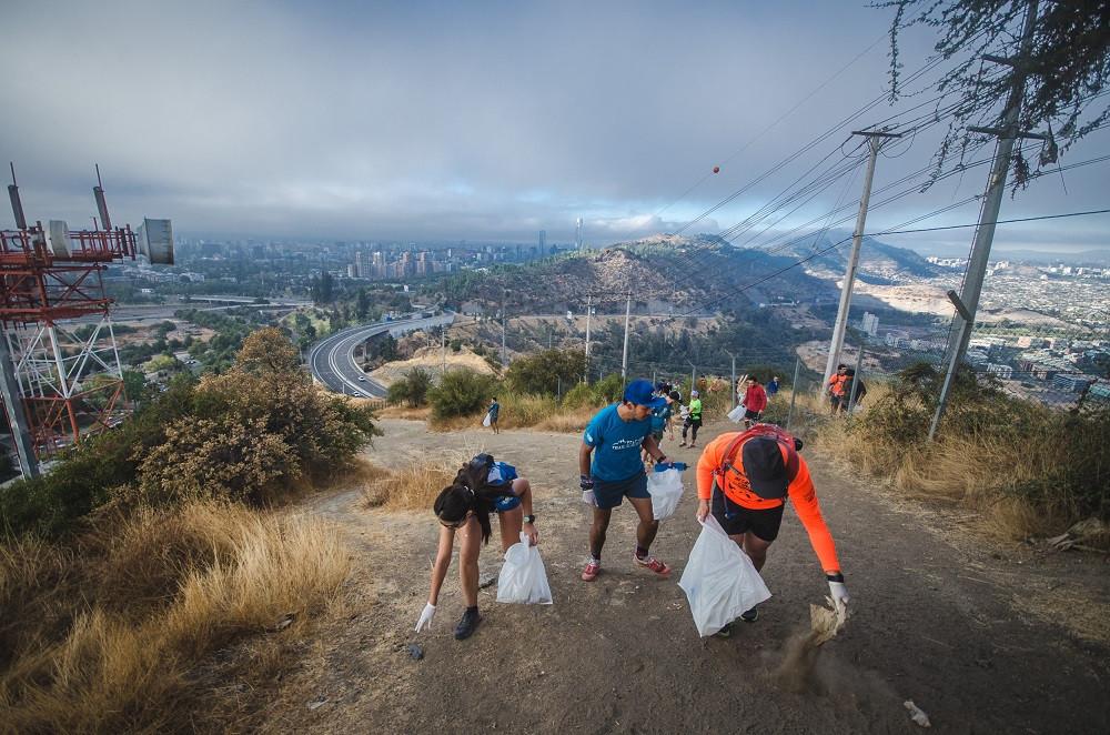 El plogging consiste en ir recogiendo basura mientras los deportistas corren por los cerros.