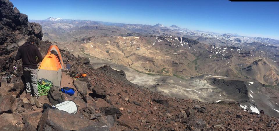 panoramica argentina desde el campapento a pie de pared