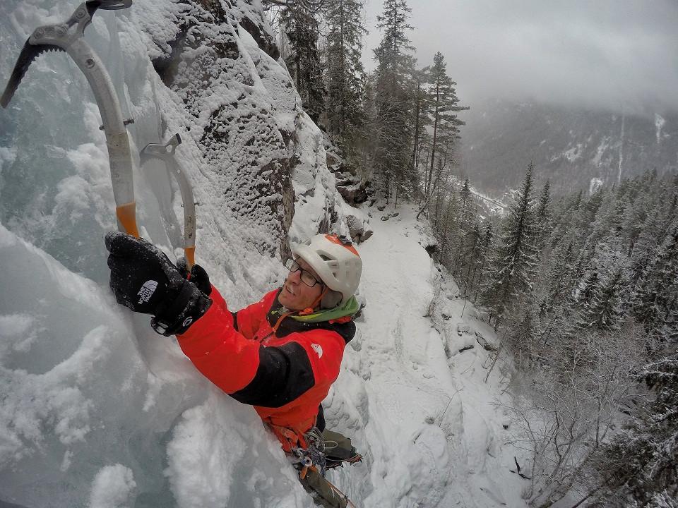 Iker clavando los piolets en el duro hielo de Noruega©HermanosPou _w