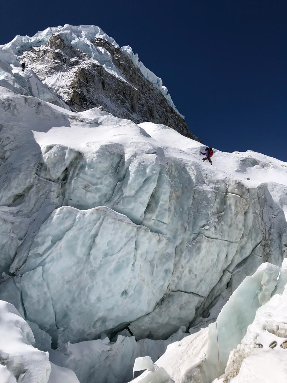 JP atravesando el glaciar del khumbu camino al C1