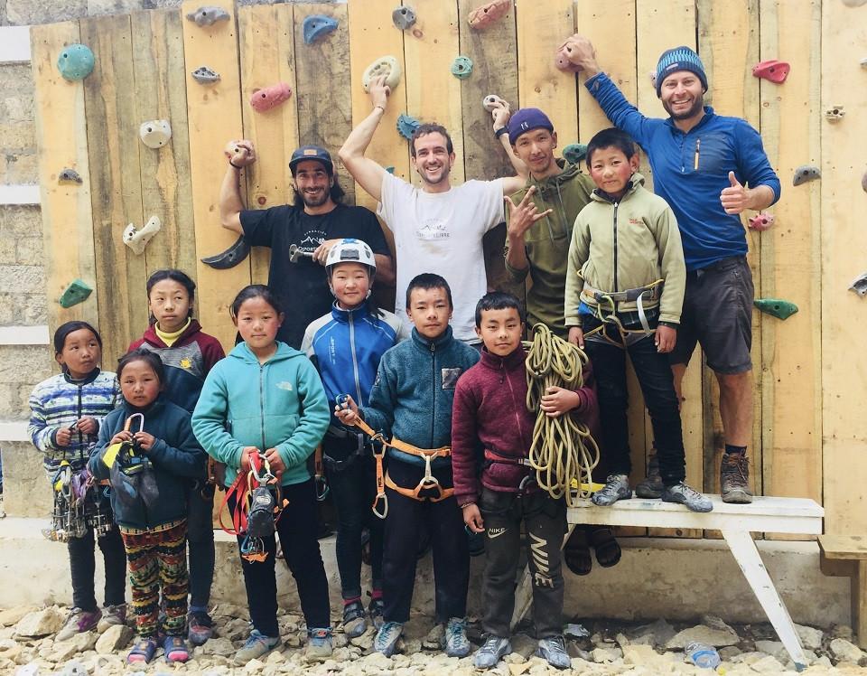 niños y equipo muro
